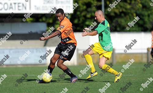 2012-08-18 / Voetbal / seizoen 2012-2013 / Sint-Lenaarts - Deinze / Patrice Nokeu met Stefan Mariën in de rug..Foto: Mpics.be