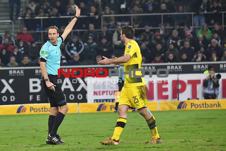 18.02.2018, Borussia Park, M&ouml;nchengladbach, GER, 1. FBL., Borussia M&ouml;nchengladbach vs. Borussia Dortmund<br /> <br /> im Bild / picture shows: <br /> die Entscheidung ist gefallen kein Tor f&uuml;r Gladbach Schiedsrichter, referee, Bastian Dankert (SR) und re Sokratis (Borussia Dortmund #25), <br /> <br /> Foto &copy; nordphoto / Meuter