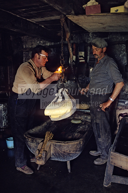 "Europe/France/Auvergne/12/Aveyron : Aubrac - Fabrication de la ""Fourme de Laguiole"" au buron de Canut [Non destiné à un usage publicitaire - Not intended for an advertising use]  <br /> PHOTO D'ARCHIVES // ARCHIVAL IMAGES<br /> FRANCE 1980"