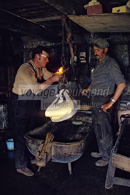 """Europe/France/Auvergne/12/Aveyron: Aubrac - Fabrication de la """"Fourme de Laguiole"""" au buron de Canut [Non destiné à un usage publicitaire - Not intended for an advertising use]  <br /> PHOTO D'ARCHIVES // ARCHIVAL IMAGES<br /> FRANCE 1980"""