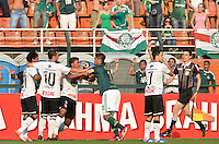 ATENÇÃO EDITOR: FOTO EMBARGADA PARA VEÍCULOS INTERNACIONAIS - SÃO PAULO, SP, 16 DE SETEMBRO DE 2012 - CAMPEONATO BRASILEIRO - PALMEIRAS x CORINTHIANS: Luan se desentende com Romarinho durante partida Palmeiras x Corinthians, válida pela 25ª rodada do Campeonato Brasileiro no Estádio do Pacaembú. FOTO: LEVI BIANCO - BRAZIL PHOTO PRESS