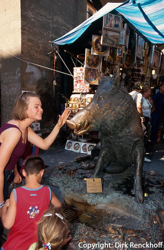 Touristen  berühren den glückbringenden Porcellino auf dem Mercado Nuovo, Florenz, Toskana, Italien, Unesco-Weltkulturerbe