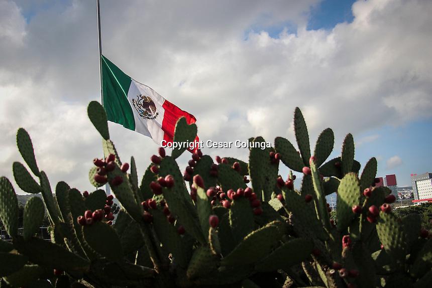 Quer&eacute;taro, Qro. 19 de septiembre de 2016.- Con motivo del aniversario del temblor del 85, en el  entonces Distrito Federal, hoy, Ciudad de M&eacute;xico; se elev&oacute; la mega bandera a media asta como s&iacute;mbolo de respeto a quienes perdieron la vida. As&iacute; mismo se conmemora el d&iacute;a de la protecci&oacute;n Civ&iacute;l  <br /> <br /> Foto: C&eacute;sar Colunga.