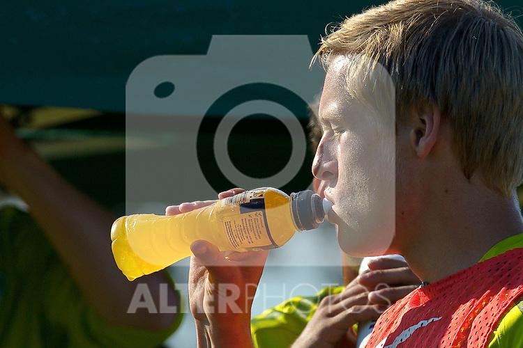 19.07.2010, Golfplatz, Donauschingen, GER, Trainingslager Werder Bremen 1. FBL 2010 - Day01 im Bild     Felix Kroos (Bremen #18) nimmt einen Schluck aus der Flasche zu sich Foto © nph / Kokenge