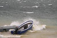 Schladitzer See: Wellen wie am Meer. Bei buchstaeblichem Hack gleicht der Schladitzer See einer tosenden Brandung. Dann schlaegt die Stunde der Starkwindsurfer, die foermlich mit Kindersegeln aufs Wasser gehen. Foto: Alexander Bley