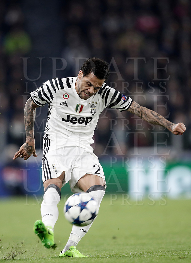 Juventus' Dani Alves kicks the ball during the Champions League round of 16 soccer match against Porto at Turin's Juventus Stadium, 14 March 2017. Juventus won 1-0 (3-0 on aggregate) to reach the quarter finals.<br /> UPDATE IMAGES PRESS/Isabella Bonotto