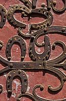 Europe/France/89/Yonne/Chablis: Porte cintrée de l'église Saint Martin avec fer à chevaux cloués