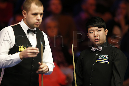 30.11.2013  Barbican, York, Yorkshire, England. Chinas Zhang Anda (R) and Barry Hawkins of England compete during their second round in 2013 UK Snooker Championship at York Barbican Centre in York, Britain on Nov. 30, 2013. Barry Hawkins won 6-3.