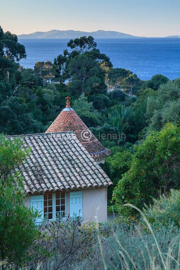 Domaine du Rayol en novembre : vu depuis le haut du jardin sur les toits de la ferme la méditerranée et les îles d'Hyères au loin.