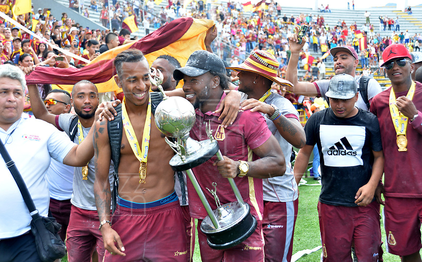 IBAGUE - COLOMBIA, 10-06-2018:Jugadores del Deportes Tolima Campéon del fúbol Colombiano ,fué recibido por miles de hinchas desde el Aeropuerto hasta el estadio Manuel Murillo Toro en  la capital tolimense/. Players of Deportes Tolima Campéon of Colombian soccer was received by thousands of fans from the Airport to the Manuel Murillo Toro stadium in the capital of the department of Tolima. VizzorImage / Juan Carlos Escobar / Cont