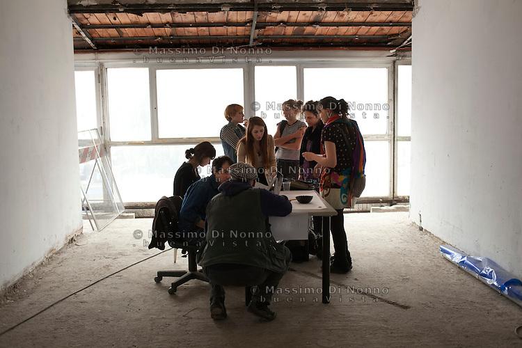 Milano: il collettivo Macao occupa la torre Galfa per farne un centro culturale. Nella foto un momento di una riunione dell'ufficio bandi.