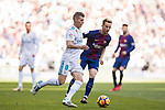Toni Kroos (l) of Real Madrid in action during the La Liga 2017-18 match between Real Madrid and FC Barcelona at Santiago Bernabeu Stadium on December 23 2017 in Madrid, Spain. Photo by Diego Gonzalez / Power Sport Images