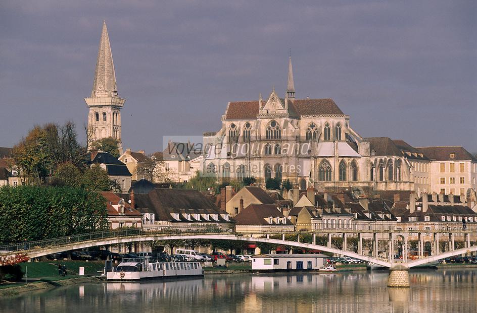 Europe/France/89/Yonne/Auxerre: Le port fluvial sur l'Yonne et le chevet de la cathédrale vu depuis le pont Paul-Bert