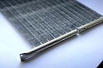 DEVENTER - Een model warmtewisselaar zoals gebruikt wordt door ingenieur uitvinder Jon Kristinsson in zijn ontwikkelde energiebesparende Breathing Window, een ademend raam. Met hulp van een ingebouwde warmtewisselaar wordt koude lucht opgewarmd en warme lucht gekoeld, zodat een aangenaam binnenklimaat ontstaat. Met hulp van Senter Novem, een onderdeel van het ministerie van Economische Zaken, start binnenkort de produktie van de eerste serie. COPYRIGHT TON BORSBOOM.