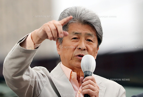 July 22, 2016, Tokyo, Japan - Shuntaro Torigoe, a candidate for the Tokyo gubernatorial election gestures as he delivers a campaign speech in Tokyo on Friday, July 22, 2016. Tokyo gubernatorial election will be held on July 31.     (Photo by Yoshio Tsunoda/AFLO) LWX -ytd-