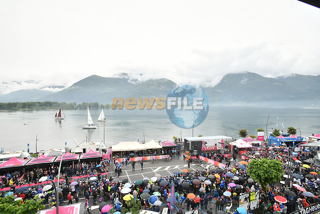 Sign on before Stage 16 of the 2019 Giro d'Italia, running 194km from Lovere to Ponte di Legno, Italy. 28th May 2019<br /> Picture: Massimo Paolone/LaPresse | Cyclefile<br /> <br /> All photos usage must carry mandatory copyright credit (© Cyclefile | Massimo Paolone/LaPresse)