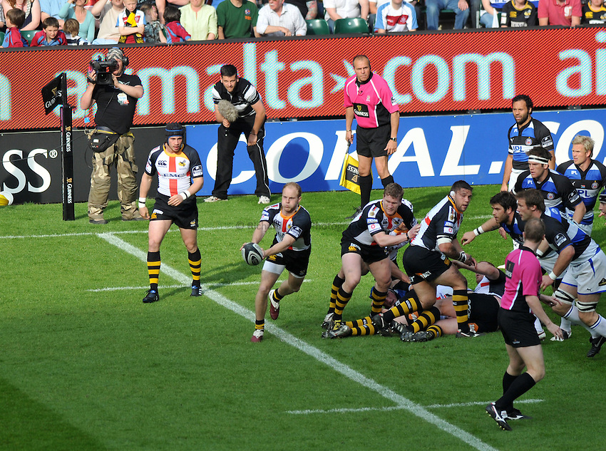 Photo: Tony Oudot/Richard Lane Photography. London Wasps v Bath Rugby. The St. George's Day Game. Guinness Premiership. 24/04/2010. .Joe Simpson on the ball for Wasps.