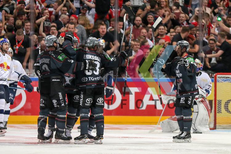 Torjubel Koelns Shawn Lalonde (Nr.9) mit Koelns Fredrik Eriksson (Nr.33) und dem Team beim Spiel der DEL, Koelner Haie (dunkel) - EHC Red Bull Muenchen (weiss).<br /> <br /> Foto &copy; PIX-Sportfotos *** Foto ist honorarpflichtig! *** Auf Anfrage in hoeherer Qualitaet/Aufloesung. Belegexemplar erbeten. Veroeffentlichung ausschliesslich fuer journalistisch-publizistische Zwecke. For editorial use only.