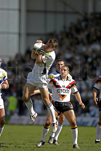 10 April 2005: Warrington full back Brent Grose jumps to claim a high ball during the Engage Super League match between Warrington Wolves and Bradford Bulls. Warrington won the game 35-32 played at the Halliwell Jones Stadium, Warrington. Photo: Neil Tingle/Action Plus...050410 player superleague