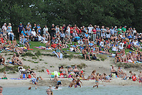 SKUTSJESILEN: STAVOREN: IJsselmeer, 13-08-2012, IFKS skûtsjesilen, A-klasse, toeschouwers rijen dik aanwezig op de IJsselmeerdijk, ©foto Martin de Jong