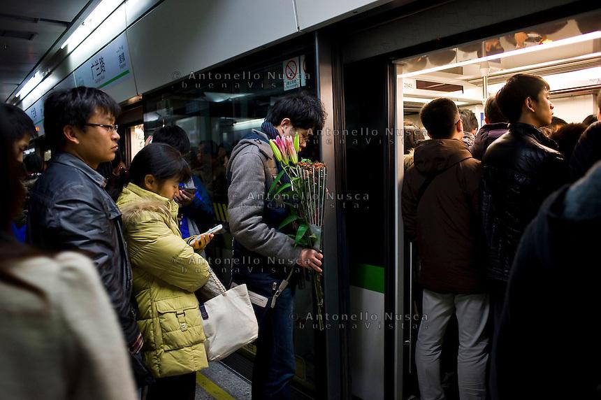 Gente in attesa di entrare nella metropolitana. People waiting to get into the train