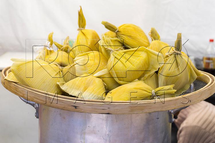 Pamonhas à venda em comércio no Bairro da Liberdade, São Paulo - SP, 07/2016.