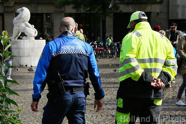 Nederland  Amsterdam - 2017.    Toezicht en Handhaving op de Dam.  Foto Berlinda van Dam / Hollandse Hoogte