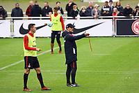 Trainer Niko Kovac (Eintracht Frankfurt) erklärt, Branimir Hrgota (Eintracht Frankfurt) hoert zu - 10.10.2017: Eintracht Frankfurt Training, Commerzbank Arena