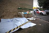 São Paulo Quinta Feira - 25/07/2013 Um morador de rua foi encontrado morto por volta das 7h desta quinta-feira na rua São Paulo, na Liberdade, região central de São Paulo. Ele não portava documentos e não tinha lesões. Segundo o investigador Crispim Alves, do DHPP, o homem, que aparenta ter 50 anos, morreu de hipotermia. (Foto: Guilherme Kastner / Brazil Photo Press)