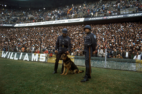 01.06.1978 Argentinaian police with dogs on the pitch at the Estadio Antonio Liberti Monumental de River Plate during the 1978 world cup finals