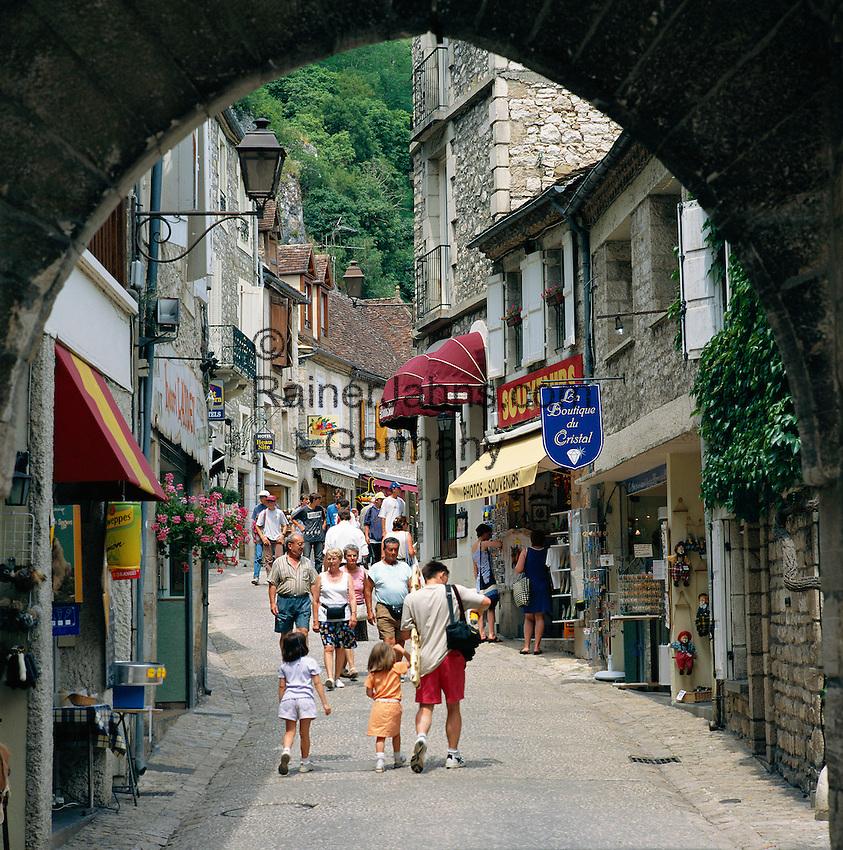 France, Midi-Pyrenees, Departement Lot, Rocamadour: Village at Alzou Valley and at Causses du Quercy Nature Park, street scene through arch | Frankreich, Midi-Pyrénées, Département Lot, Rocamadour: der Ort liegt an einer Steilklippe im Alzou-Tal und im Regionalen Naturpark Causses du Quercy, Gasse und Torbogen