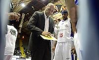 BOGOTÁ -COLOMBIA. 27-09-2013. Yesid Riveros (I) entrenador de Guerreros de Bogotá  da instrucciones durante partido contra de Piratas de Bogotá válido por la fecha 19 de la  Liga DirecTV de Baloncesto 2013-II de Colombia realizado en el coliseo El Salitre de Bogotá./ Yesid Riveros coach of Guerreros de Bogota gives directions during match against Piratas de Bogota valid for the 19th date of DirecTV Basketball League 2013-II in Colombia at El Salitre coliseum in Bogota. Photo: VizzorImage / Gabriel Aponte/ Str