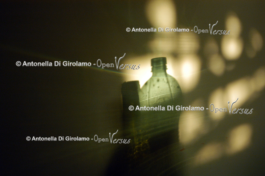 Alcolismo.Alcoholism..Ombra di bottiglie di alcol. Shadow of bottles of alcohol....