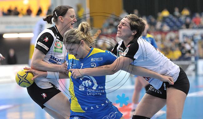 Handball Bundesliga Frauen - Playoff Finale um die deutsche Meisterschaft. Zum Hinspiel empfängt der Handballclub Leipzig (HCL) den Thüringer HC (THC). .IM BILD: Natalie Augsburg (HCL) wird von Katrin Engel (l.) und Lydia Jakubisova (r., beide THC) in die Mangel genommen. .Foto: Christian Nitsche