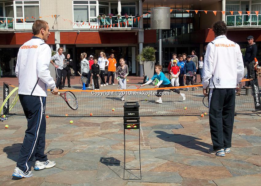 06-05-10, Zoetermeer, SilverDome, Tennis,  Davis Cup, Netherlands-Italy, Streettennis with Thiemo de Bakker(L) and Robin Haase