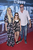 Tori Spelling mit Ehemann Dean McDermott und Tochter Stella Doreen McDermott at the premiere of SyFy TV-Film Zombie Tidal Wave at the Garland Hotel in Los Angeles, California August 12, 2019. Credit: Action Press/MediaPunch ***FOR USA ONLY***
