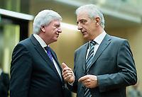 Berlin, der Ministerpräsident von Hessen, Volker Bouffier (CDU, l.), und der Ministerpräsident von Sachsen, Stanislaw Tillich (CDU), am Freitag (03.05.13) bei der 909. Sitzung des Bundesrats in Berlin.