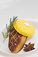 Europe/France/Provence-Alpes-Côte d'Azur/83/Var/ Tourrettes: Escalope de foie gras de canard poêlée aux écorces confites à la badiane et macaron citron, recette de Phillipe Jourdin   du restaurant: Faventia du Domaine de Terre Blanche- Four Seasons Resort
