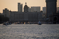 Asie/Inde/Bombay : Coucher de soleil sur le port et la ville en fond avec la silhouette de l'Hôtel Taj Mahal Palace