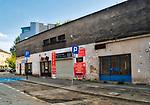 Kraków, 2018-08-29. Zabłocie - zaniedbana do niedawna prawobrzeżna dzielnica Krakowa, aktualnie jeden z najbardziej dynamicznie rozwijających się obszarów Krakowa. Rewitalizacja i rosnący prestiż tego miejsca, powoduje, że Zabłocie stało się atrakcyjnym terenem dla deweloperów, inwestorów, mieszkańców jak również dla ludzi kultury i sztuki.Powstają tu modne restauracje i puby a mieszkańcy Krakowa coraz częściej wybierają Zabłocie jako miejsce zamieszkania i wypoczynku zamiast ciasnego Starego Miasta i Kazimierza.