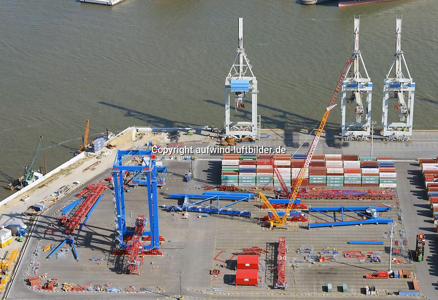 Containerbruecken fuer den Tollerort: EUROPA, DEUTSCHLAND, HAMBURG, (EUROPE, GERMANY), 25.09.2016 Containerbruecken fuer den Tollerort. Eine neue Bruecke wird am Tollerort montiert. Die neue Containerbruecke verfuegen ueber eine Auslegerlaenge von 74 Metern und eine Hubhoehe von 51,5 Metern ueber der Kaimauer. Sie sind für Containerschiffe mit 24 Containerreihen quer ausgelegt und koennen im Twinbetrieb zwei 20-Fuß-Container gleichzeitig loeschen oder laden. Dank der gesteigerten Hubhoehe koennen bis zu neun uebereinander stehende Container an Deck bedient werden. Damit sind sie hervorragend geeignet, um auch Grosscontainerschiffe der neusten Groeßenklasse von 20.000 TEU und mehr abzufertigen. Die Bruecke wiegt 1.500 Tonnen und hat eine maximale Nutzlast von 63 Tonnen.