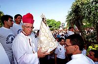 O arcebispo de Bel&eacute;m D. Vicente Zico carrega a imagem de Nossa Senhora de Nazar&eacute; para colocar na berlinda e dar in&iacute;cio a prociss&atilde;o do C&iacute;rio.<br />Bel&eacute;m Par&aacute; Brasil.<br />08/10/2000<br />&copy;Foto: Paulo Santos/Interfoto<br />Negativo Cor 135 N&ordm;7628 T3 F34a
