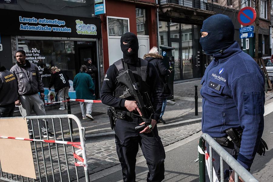 BRUXELLES, BELGIQUE: Périmètre de sécurité devant l'hôpital St Pierre ou de nombreux blessés y sont soignés le 22 mars 2016. Dans la matinée du 22 mars 2016 des attaques ont eu lieu à l'aeroport de Zaventem et dans la station de métro de Mealbeek. Ces attaques terroristes ont fait 31 morts et 340 blessés à Bruxelles.