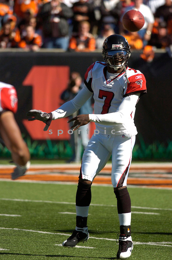 MICHAEL VICK, of the Atlanta Falcons in action against the Cincinnati Bengals on October 29, 2006 in Cincinnati, OH...Falcons win 29-27..Chris Bernacchi/ SportPics