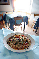 Spaghetti con acciughe fresche nella trattoria La Lanterna a Riomaggiore, uno dei borghi delle Cinque Terre.<br /> Spaghetti with fresh anchovies in the trattoria La Lanterna in Riomaggiore, at the Cinque Terre.<br /> UPDATE IMAGES PRESS/Riccardo De Luca