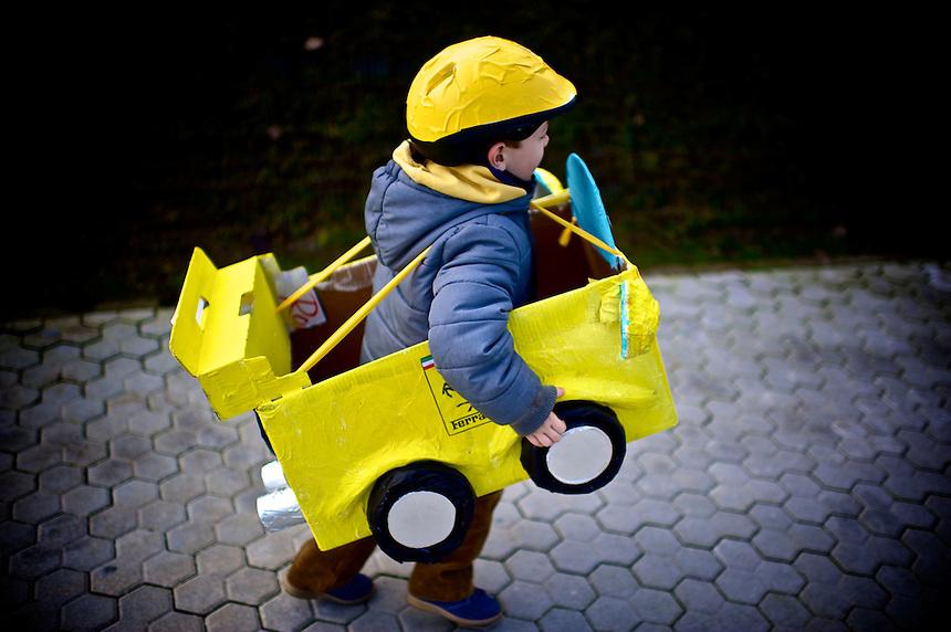"""Domenica 10 marzo 2013, si celebra un anno dall'inaugurazione del Museo dedicato ad Enzo Ferrari. Una grande festa ha coinvolto tutta Modena con un """"onda gialla"""" che ha attraversato la città. Un Raduno di veicoli di ogni tipo: auto, moto, bici… tutto in giallo."""