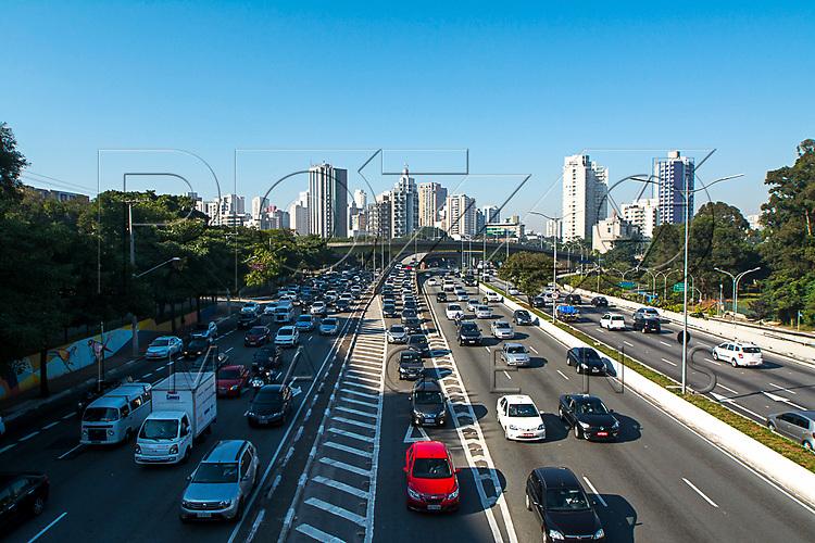 Trânsito de veículos na Avenida 23 de Maio, São Paulo - SP, 06/2016.