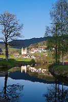 Germany, Baden-Wurttemberg, Black Forest, Bad Rippoldsau- district Schapbach at Wolf Valley: with parish church St. Cyriak at river Wolf | Deutschland, Baden-Wuerttemberg, Schwarzwald, Bad Rippoldsau- Ortsteil Schapbach im Wolftal: mit Pfarrkirche St. Cyriak am Fluss Wolf
