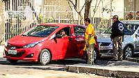 RIO DE JANEIRO, RJ, 24.07.2016 - TRÂNSITO-RJ - Trânsito confuso para os moderadores próximo a Vila Olímpica, zona oeste do Rio de Janeiro, na manhã desse domingo, 24. (Foto: Jayson Braga / Brazil Photo Press)