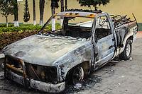 Luego del enfrentamiento entre maestros de la secci&oacute;n 22 de la Coordinadora Nacional de Trabajadores de la Educaci&oacute;n (CNTE), pobladores y corporaciones policiacas el pasado 19 de junio en Asunci&oacute;n Nochixtl&aacute;n; en la comunidad solo quedan vestigios de veh&iacute;culos quemados, un Palacio Municipal en ruinas, saqueado e incendiado despu&eacute;s de la trifulca del fallido desalojo. La poblaci&oacute;n luce gris, desolada, ausente de paseantes de las calles en un d&iacute;a com&uacute;n. Se respira luto por sus muertos.<br /> En &eacute;ste luto, con los ojos invadidos de l&aacute;grimas y la voz entrecortada, Do&ntilde;a Patricia S&aacute;nchez Meza, madre de Jes&uacute;s S&aacute;nchez, un joven de tan solo 19 a&ntilde;os de edad que perdiera la vida durante el enfrentamiento, accede a conversar con periodistas; ah&iacute; exigi&oacute; a las autoridades indemnizaci&oacute;n y justicia por el asesinato de su hijo. <br /> Mientras arregla con flores y veladoras el espacio donde ser&aacute; el novenario, platica que el d&iacute;a del conflicto, &eacute;l acudi&oacute; al llamado del pueblo, llamado que har&iacute;an tocando las campanas de la iglesia. &ldquo;Jes&uacute;s era ajeno a la lucha magisterial&rdquo; avala, pero aun as&iacute; ir&iacute;a a apoyar a los cuerpos de atenci&oacute;n a heridos.<br /> En la &uacute;ltima llamada telef&oacute;nica entre ambos, &eacute;l coment&oacute; que estaba bien a pesar de un roz&oacute;n de bala que ten&iacute;a en el brazo. La madre angustiada le fue a buscar a la zona de conflicto pero no lo encontr&oacute;. Ser&iacute;a m&aacute;s tarde que una enfermera allegada a la familia le informar&iacute;a que Jes&uacute;s hab&iacute;a fallecido v&iacute;ctima de un balazo en la parte superior del abdomen.<br /> Do&ntilde;a Patricia, acaricia con la mirada el &aacute;lbum familiar de fotos donde parece Jes&uacute;s, sus ojos se cristalizan de dolor. Record&oacute; a su hijo con mucho cari&ntilde;o, enfati